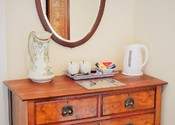 Double Room - First Floor - dresser - B&B Alcuin Lodge
