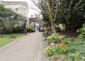 Museum Gardens walk to town - B&B Alcuin Lodge